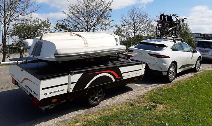 Combi-Camp Country vouwwagen achter elektrische Jaguar auto